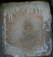 Фото 1. Каменная плитка из селения Куруш с письменами в албанском и арабском графиках.